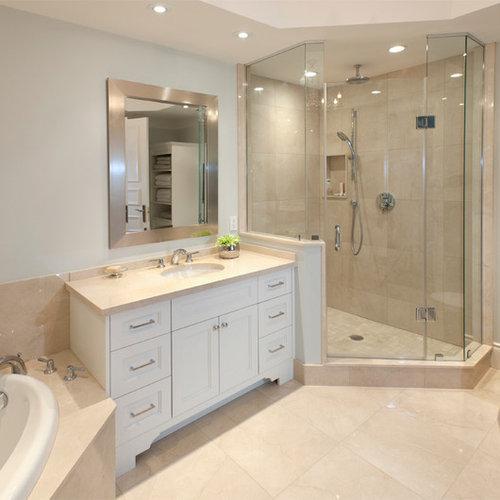 Salle de bain avec une baignoire d 39 angle et un placard avec porte panne - Taille moyenne salle de bain ...
