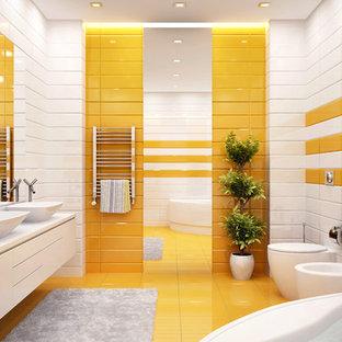 Идея дизайна: ванная комната в стиле модернизм с отдельно стоящей ванной