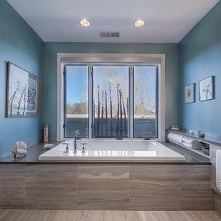 Ejemplo de cuarto de baño contemporáneo con bañera encastrada y paredes azules