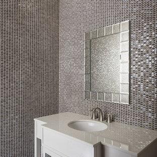 Diseño de cuarto de baño principal, actual, con lavabo encastrado, bañera esquinera, sanitario de una pieza, baldosas y/o azulejos beige, baldosas y/o azulejos con efecto espejo, paredes multicolor y suelo de mármol