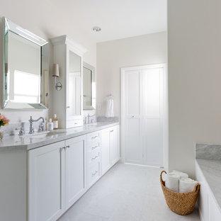 Esempio di una grande stanza da bagno padronale chic con piastrelle bianche, pareti bianche, pavimento in marmo, lavabo da incasso, top in marmo, ante in stile shaker, ante bianche e pavimento bianco