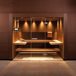 Идея дизайна: большая баня и сауна в современном стиле с бежевой плиткой, коричневыми стенами, полом из керамогранита и бежевым полом