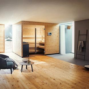 Esempio di una grande sauna moderna con doccia alcova, pareti grigie, parquet chiaro, pavimento beige e doccia con tenda