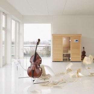 Idee per una grande sauna minimalista con pareti bianche, pavimento in linoleum e pavimento bianco