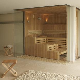 Immagine di una grande sauna moderna con pareti beige, pavimento in travertino e pavimento beige