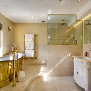 Idee per una stanza da bagno padronale vittoriana con consolle stile comò, ante bianche, vasca freestanding, doccia aperta, piastrelle di marmo, pareti beige, pavimento in marmo, lavabo sottopiano, top in marmo, pavimento beige e doccia aperta