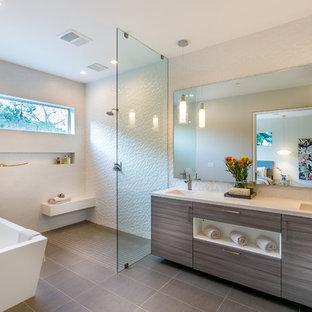 Idéer för att renovera ett funkis en-suite badrum, med ett undermonterad handfat, släta luckor, grå skåp, bänkskiva i kvarts, ett fristående badkar, en öppen dusch, vit kakel, porslinskakel, vita väggar och med dusch som är öppen