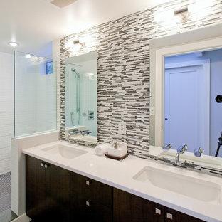 Esempio di una stanza da bagno padronale minimal di medie dimensioni con ante nere, piastrelle nere, piastrelle a listelli, doccia aperta, doccia aperta, top bianco, ante lisce, pareti bianche, pavimento con piastrelle a mosaico, lavabo sottopiano, top in quarzo composito e pavimento grigio