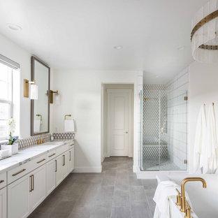 Diseño de cuarto de baño principal, clásico renovado, grande, con puertas de armario blancas, paredes blancas, suelo de baldosas de porcelana, lavabo bajoencimera, encimera de cuarzo compacto, suelo gris, ducha con puerta con bisagras, encimeras blancas, armarios estilo shaker, ducha esquinera y baldosas y/o azulejos multicolor