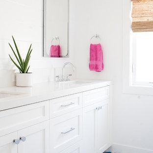 オレンジカウンティの中くらいのトランジショナルスタイルのおしゃれな子供用バスルーム (シェーカースタイル扉のキャビネット、白いキャビネット、白いタイル、セラミックタイル、白い壁、セメントタイルの床、アンダーカウンター洗面器、ターコイズの床) の写真