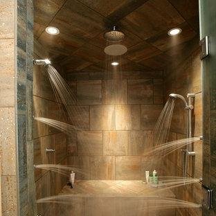Ispirazione per una grande stanza da bagno padronale american style con vasca freestanding, doccia alcova, pareti beige, piastrelle marroni, piastrelle grigie, piastrelle in pietra e pavimento con piastrelle di ciottoli