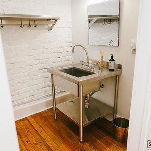 Foto di una grande stanza da bagno padronale design con lavabo a consolle, consolle stile comò, ante in legno scuro, top in acciaio inossidabile, doccia aperta, WC monopezzo, piastrelle bianche, piastrelle in ceramica, pareti bianche e parquet chiaro