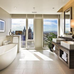 Modelo de cuarto de baño contemporáneo con bañera exenta y baldosas y/o azulejos de cemento