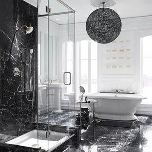 Imagen de cuarto de baño principal, contemporáneo, grande, con bañera exenta, baldosas y/o azulejos negros, baldosas y/o azulejos blancos, losas de piedra, paredes blancas, suelo de mármol, lavabo con pedestal, suelo negro y ducha con puerta con bisagras