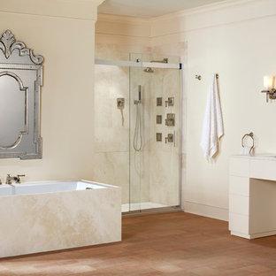 Idee per una grande stanza da bagno padronale shabby-chic style con ante lisce, ante bianche, vasca da incasso, doccia alcova, pareti beige, pavimento con piastrelle in ceramica, lavabo sottopiano e top in quarzo composito
