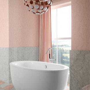 Imagen de cuarto de baño principal, romántico, con bañera exenta, paredes rosas y suelo rosa