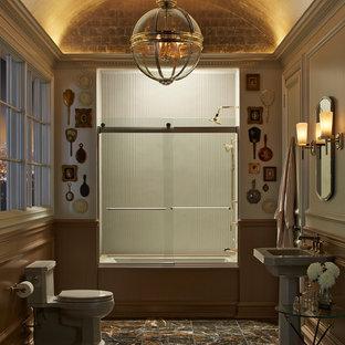 Immagine di una stanza da bagno padronale vittoriana di medie dimensioni con vasca ad alcova, vasca/doccia, WC a due pezzi, piastrelle marroni, piastrelle in pietra, pareti beige, pavimento in marmo, lavabo a colonna e top in superficie solida