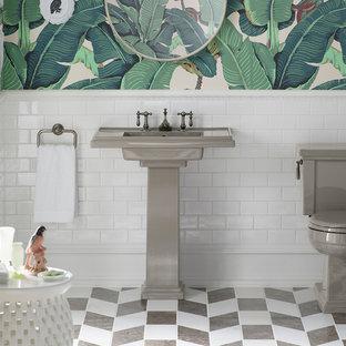 Immagine di una stanza da bagno con doccia tropicale di medie dimensioni con WC a due pezzi, piastrelle grigie, piastrelle bianche, piastrelle in pietra, pavimento in marmo, top in superficie solida, pareti multicolore e lavabo integrato