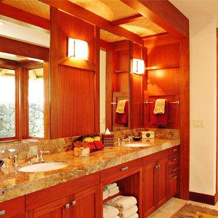Esempio di una stanza da bagno padronale tropicale di medie dimensioni con ante in stile shaker, ante in legno scuro, vasca sottopiano, doccia alcova, piastrelle marroni, lastra di pietra, pareti bianche, pavimento in travertino, lavabo sottopiano, pavimento beige, porta doccia a battente e top grigio
