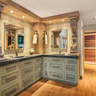 Immagine di una stanza da bagno classica con lavabo integrato, ante in stile shaker, ante verdi, top in cemento, vasca freestanding, doccia doppia, WC monopezzo e piastrelle in gres porcellanato