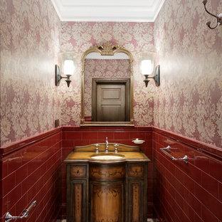 Foto di una piccola stanza da bagno classica con ante in legno bruno, pavimento con piastrelle in ceramica, piastrelle rosse, pareti rosse e lavabo sottopiano