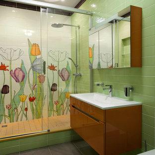 Неиссякаемый источник вдохновения для домашнего уюта: маленькая ванная комната в современном стиле с монолитной раковиной, оранжевыми фасадами, столешницей из кварцита, белой плиткой, зеленой плиткой, керамической плиткой, зелеными стенами, полом из керамической плитки и душем в нише