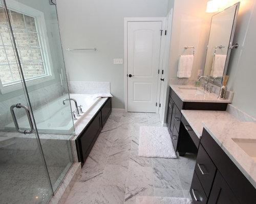 Salle de bain avec des portes de placard noires et un wc for Salle de bain avec wc separe