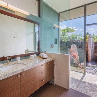 Foto di una stanza da bagno padronale design di medie dimensioni con ante lisce, ante in legno bruno, piastrelle blu, piastrelle di vetro, lavabo sottopiano, doccia aperta, pareti blu, pavimento con piastrelle di ciottoli, top in granito, pavimento beige e doccia aperta