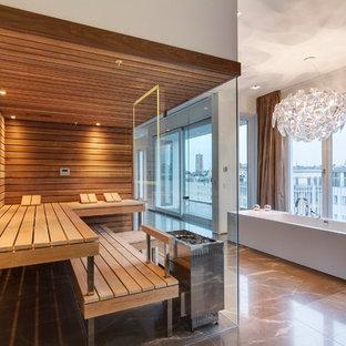 Immagine di un'ampia sauna contemporanea con vasca freestanding e pavimento in marmo