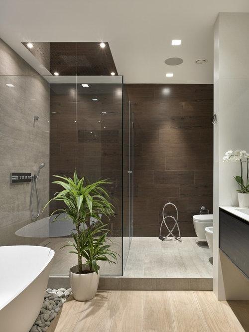 Salle de bain avec des portes de placard en bois sombre photos et id es d co de salles de bain for Petite salle de bain avec douche et toilette