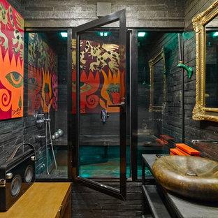 Modelo de sauna ecléctica con baldosas y/o azulejos negros, paredes negras y lavabo sobreencimera