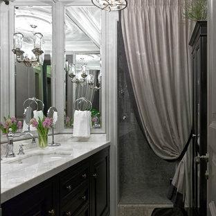 Пример оригинального дизайна: ванная комната в классическом стиле с душем в нише, врезной раковиной, фасадами с выступающей филенкой, черными фасадами, душевой кабиной, мраморной столешницей и душем с распашными дверями