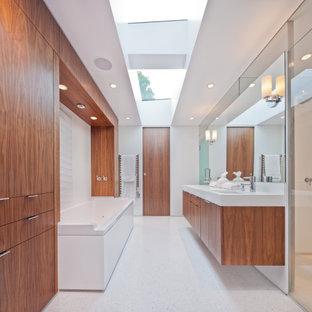 Esempio di una grande sauna design con ante lisce, ante in legno scuro, vasca ad alcova, doccia alcova, pareti bianche, lavabo sottopiano, pavimento bianco, porta doccia a battente e top bianco