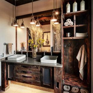 Ejemplo de cuarto de baño con ducha, rústico, con armarios abiertos, puertas de armario con efecto envejecido, ducha esquinera, lavabo sobreencimera y encimeras grises