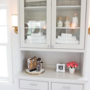 Idéer för att renovera ett mellanstort vintage en-suite badrum, med ett undermonterad handfat, luckor med profilerade fronter, grå skåp, bänkskiva i kalksten, en hörndusch, en toalettstol med hel cisternkåpa, grå kakel, stenkakel, grå väggar och kalkstensgolv