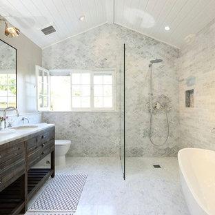 Esempio di una stanza da bagno chic con lavabo sottopiano, consolle stile comò, ante in legno bruno, vasca freestanding, doccia a filo pavimento e WC a due pezzi