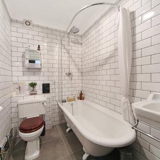 Неиссякаемый источник вдохновения для домашнего уюта: маленькая главная ванная комната в стиле лофт с подвесной раковиной, ванной на ножках, открытым душем, раздельным унитазом, белой плиткой, керамической плиткой, белыми стенами, бетонным полом и шторкой для ванной