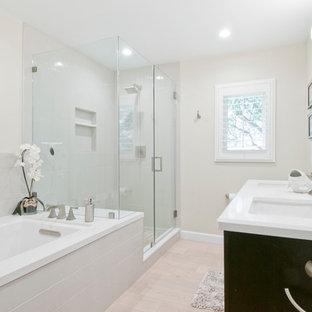 Foto på ett mellanstort funkis en-suite badrum, med skåp i shakerstil, bruna skåp, ett platsbyggt badkar, en hörndusch, en toalettstol med separat cisternkåpa, beige kakel, porslinskakel, vita väggar, klinkergolv i porslin, ett undermonterad handfat, bänkskiva i kvarts, beiget golv och dusch med gångjärnsdörr