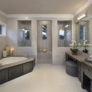 Foto di una stanza da bagno contemporanea con vasca ad angolo