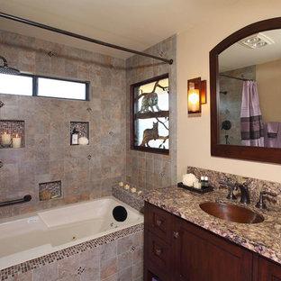 Неиссякаемый источник вдохновения для домашнего уюта: ванная комната среднего размера в классическом стиле с ванной в нише, душем над ванной, раздельным унитазом, плиткой из сланца, бежевыми стенами, душевой кабиной, врезной раковиной, шторкой для душа, фасадами в стиле шейкер, коричневыми фасадами и столешницей из гранита