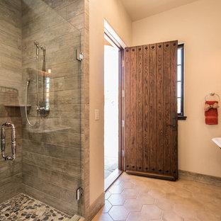Mediterranes Duschbad mit Duschnische, grauen Fliesen, Trogwaschbecken und Falttür-Duschabtrennung in Portland