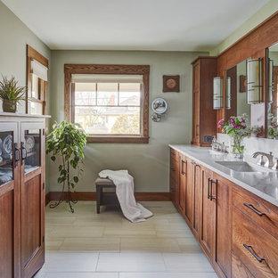 Esempio di una stanza da bagno padronale stile americano con ante in legno scuro, pareti grigie, lavabo sottopiano, pavimento beige e top bianco