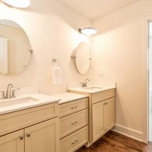 Esempio di una stanza da bagno per bambini country con lavabo sottopiano, ante in stile shaker, ante gialle, top in quarzo composito, piastrelle grigie e piastrelle in ceramica