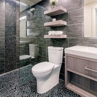 Idee per una stanza da bagno minimal di medie dimensioni con ante lisce, ante in legno scuro, doccia aperta, piastrelle nere, piastrelle in gres porcellanato, pareti nere, pavimento con piastrelle di ciottoli, lavabo rettangolare, pavimento nero e doccia aperta
