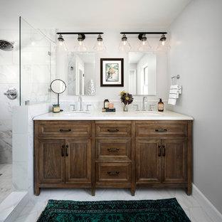Esempio di una stanza da bagno padronale country di medie dimensioni con consolle stile comò, ante con finitura invecchiata, doccia alcova, WC a due pezzi, piastrelle multicolore, piastrelle di marmo, pareti grigie, pavimento in marmo, lavabo da incasso, top in quarzo composito, pavimento grigio e porta doccia a battente