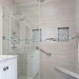 Свежая идея для дизайна: маленькая главная ванная комната в морском стиле с фасадами с утопленной филенкой, белыми фасадами, ванной в нише, двойным душем, раздельным унитазом, серой плиткой, керамогранитной плиткой, серыми стенами, полом из керамогранита, врезной раковиной, столешницей из кварцита, серым полом и душем с раздвижными дверями - отличное фото интерьера