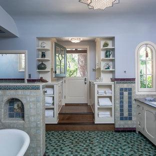 Foto di una stanza da bagno padronale stile marino con ante con riquadro incassato, ante bianche, vasca freestanding, WC a due pezzi, piastrelle blu, piastrelle in ceramica, pareti blu, pavimento con piastrelle a mosaico, lavabo sottopiano e top in zinco