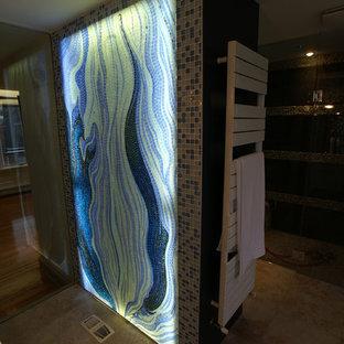 Ejemplo de cuarto de baño principal, asiático, grande, con baldosas y/o azulejos azules, baldosas y/o azulejos de vidrio laminado y paredes azules