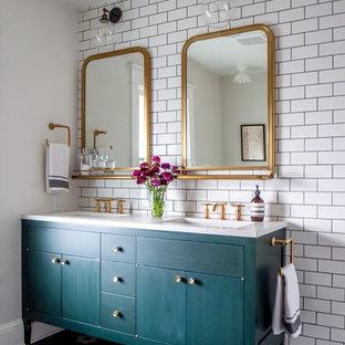 Diseño de cuarto de baño tradicional renovado con puertas de armario verdes, baldosas y/o azulejos blancos, paredes blancas, suelo de baldosas de cerámica, lavabo bajoencimera, encimera de acrílico, suelo negro, armarios tipo mueble y baldosas y/o azulejos de cemento