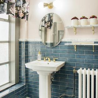 Ejemplo de cuarto de baño clásico, pequeño, con baldosas y/o azulejos azules, paredes rosas, suelo con mosaicos de baldosas, lavabo con pedestal, suelo blanco y baldosas y/o azulejos de porcelana